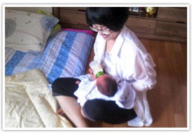 아기를 안고있는 봉사자의 모습