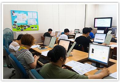 정보화 교육을 받고있는 복지관이용자들 모습