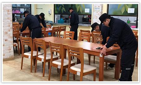 식당 청소를 하고있는 봉사자들의 모습