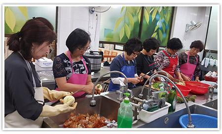 요리를 하고있는 봉사자들의 모습